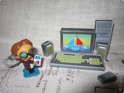 На компьютерную мышку Виртуальный смотрит кот, Виртуальными когтями Изнутри экран скребёт. Но коту послала мышка Мэйл: СОБАКА ТОЧКА Р - Р - У -У! Испугался кот-трусишка И удрал в свою игру.  Г. Фоков фото 1