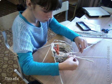 В нашем кружке мы осваиваем косое плетение из газетных трубочек. Вот корзинка и подкова на счастье, изготовленые Настей Шкляевой. фото 2