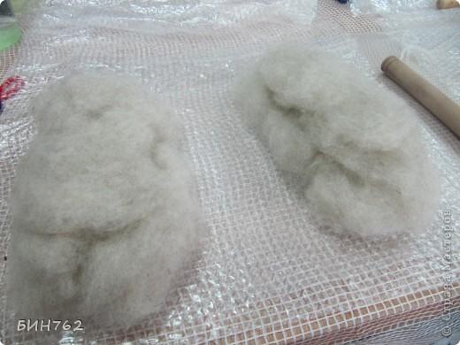 """Фильцевание, сухое (англ. felting, нем. Filzen) - древнейший способ изготовления текстиля из шерсти диких животных. Заключается в перемешивании волокон сырья путем деформирования их специальной иглой. В России более известен как валяние.  Техника валяния зародилась около 8 тысячи лет тому назад. Наши далекие предки подметили способность натуральной шерсти к сваливанию при механической обработке и теплой влагой. Древние люди валяли из найденной шерсти диких животных. Позже стали использовать шерсть домашних животных. Лучше всего для валяния подходила шерсть овцы, т.к. у нее природой заложены механизмы скручивания и распрямления. Древнее ремесло валяния сейчас вошло в моду. Чаще встречается термин """"фильцевание"""". В сущности, это одно и то же, только на разных языках, но , термином """"валяние"""" обозначают изготовление крупных  войлочных изделий - обуви, сумок,головных уборов, ковриков (кошм), и т.д. Под """"фильцеванием"""" же обычно подразумевают валяние небольших изделий - бус, брошей, игрушек , с помощью специальных игл. фото 2"""