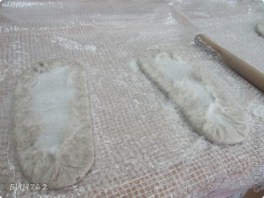 """Фильцевание, сухое (англ. felting, нем. Filzen) - древнейший способ изготовления текстиля из шерсти диких животных. Заключается в перемешивании волокон сырья путем деформирования их специальной иглой. В России более известен как валяние.  Техника валяния зародилась около 8 тысячи лет тому назад. Наши далекие предки подметили способность натуральной шерсти к сваливанию при механической обработке и теплой влагой. Древние люди валяли из найденной шерсти диких животных. Позже стали использовать шерсть домашних животных. Лучше всего для валяния подходила шерсть овцы, т.к. у нее природой заложены механизмы скручивания и распрямления. Древнее ремесло валяния сейчас вошло в моду. Чаще встречается термин """"фильцевание"""". В сущности, это одно и то же, только на разных языках, но , термином """"валяние"""" обозначают изготовление крупных  войлочных изделий - обуви, сумок,головных уборов, ковриков (кошм), и т.д. Под """"фильцеванием"""" же обычно подразумевают валяние небольших изделий - бус, брошей, игрушек , с помощью специальных игл. фото 3"""