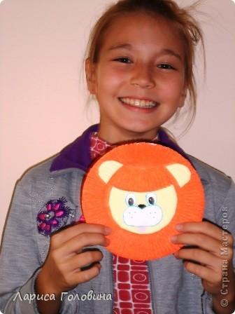 Такого львёнка смастерила Милена из одноразовой тарелки. фото 3