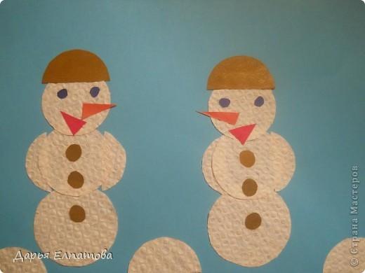 На день поделок из кругов мой брат решил сделать вот таких дружных снеговичков. Он взял подкладочную бумагу в коробке от шоколадных конфет. Она - рельефная, поэтому снеговики выглядят нарядно. фото 1
