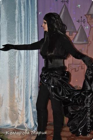 Мой любимый образ... Для создания костюма Медузы Горгоны понадобилось: 5 метров органзы - для хвоста (собирала буфы), корсет шила из атласа - стрейч с использованием дублерина и ленты-корд, обшивала боа. Самым сложным оказалось создание парика, змеи должны были быть как живые, поэтому я обматывала проволоку синтепоном. а потом кожзамом, приклеывала стразы рубинового цвета фото 3