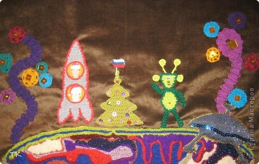 """Космос- огромное пространство за пределами нашей планеты, усиленно обследовать которое такой маленький и хрупкий человек пытается на протяжении многих лет. История полётов в космос берёт начало в 1944 году, когда от поверхности земли  оторвалась немецкая ракета """"Фау-2"""", поднявшаяся на высоту 188 километров. Затем - в 1957 году СССР отправляет на орбиту первый в мире спутник, получивший название """"Спутник-1"""". После этого история полетов в космос входит в стадию отправки с земли живых существ. Первым таким существом стала собака Лайка, которую отправили в космический полет в том же году, что и """"Спутник-1"""", а уже через год - в 1958-м привет из космоса передает американская обезьяна Гордо - первый космический примат. Через год вслед за Гордо в кратковременный суборбитальный полет отправляются шимпанзе Эйбл и Бейкер. Естественно, что в условиях космической гонки, вовсю бушевавшей в этот период истории полетов в космос между США и СССР, последние не могли не ответить на шимпанзе, и еще через год - в 1960-м в космос отправились две советских собаки - Белка и Стрелка. Героические животные совершили орбитальный полет на прототипе космического корабля """"Восток"""" и успешно вернулись на Землю. Настала очередь людей. И именно таким человеком, совершив 12 апреля 1961 года на космическом корабле """"Восток"""" первый пилотируемый и одновременно первый орбитальный полет вокруг Земли, и стал Юрий Гагарин. За 1 час 48 минут, сколько длился полет, корабль с Гагариным на борту сделал виток вокруг планеты и успешно приземлился на ее поверхности, тем самым открыв новую эру в истории полетов в космос и ознаменовав начало нового этапа освоения космического пространства. (использованы материалы с http://www.top4man.ru/gadjety/tehnologii/istoriya-poletov-v-kosmos/) фото 1"""