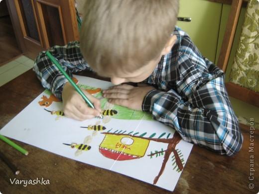 Мишка очень любит мёд! Почему? Кто поймёт? В самом деле, почему Мёд так нравится ему?  Если б мишки были пчёлами, То они бы нипочём Никогда и не подумали Так высóко строить дом; И тогда (конечно, если бы Пчёлы – это были мишки!) Нам бы, мишкам, было незачем Лазить на такие вышки!  (Б.Заходер)  фото 3