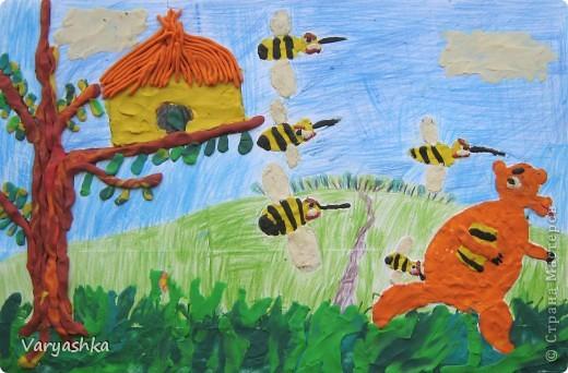 Мишка очень любит мёд! Почему? Кто поймёт? В самом деле, почему Мёд так нравится ему?  Если б мишки были пчёлами, То они бы нипочём Никогда и не подумали Так высóко строить дом; И тогда (конечно, если бы Пчёлы – это были мишки!) Нам бы, мишкам, было незачем Лазить на такие вышки!  (Б.Заходер)  фото 1