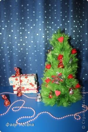 Зелёное чудо, создающее новогоднее настроение - это ЁЛОЧКА! С детства мы любим наряжать её, поём про неё песенки и ждём под ней подарков!   Вот мой вариант новогодней красавицы в технике свит-дизайн фото 8