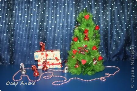 Зелёное чудо, создающее новогоднее настроение - это ЁЛОЧКА! С детства мы любим наряжать её, поём про неё песенки и ждём под ней подарков!   Вот мой вариант новогодней красавицы в технике свит-дизайн фото 1