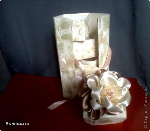 Коробочка оклеена обоями и украшена ленточным цветочком фото 2