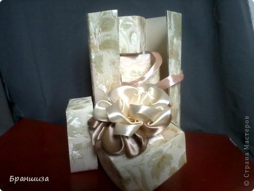 Коробочка оклеена обоями и украшена ленточным цветочком фото 4