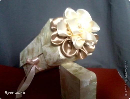 Коробочка оклеена обоями и украшена ленточным цветочком фото 3