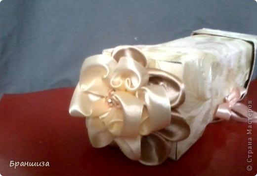 Коробочка оклеена обоями и украшена ленточным цветочком фото 1