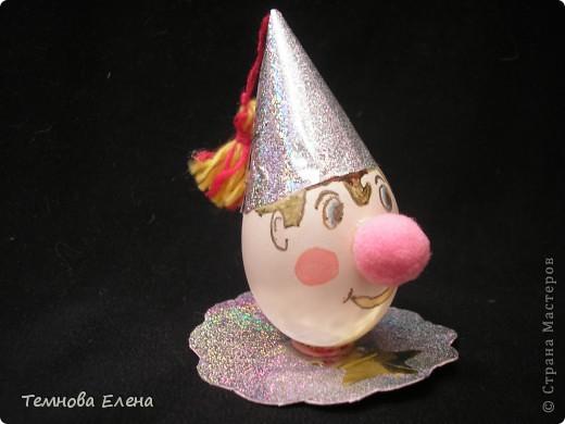Во многих странах мира во вторую пятницу октября отмечают Всемирный день яйца.  Ничего удивительного в этом нет. Ведь яйца — самый универсальный продукт питания, они популярны в кулинарии всех стран и культур, во многом благодаря тому, что их употребление может быть самым разнообразным. Немного подумав, на что похоже яйцо, Аня смастерила вот такого забавного клоуна.      фото 3