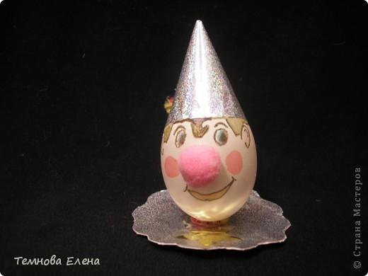 Во многих странах мира во вторую пятницу октября отмечают Всемирный день яйца.  Ничего удивительного в этом нет. Ведь яйца — самый универсальный продукт питания, они популярны в кулинарии всех стран и культур, во многом благодаря тому, что их употребление может быть самым разнообразным. Немного подумав, на что похоже яйцо, Аня смастерила вот такого забавного клоуна.      фото 1