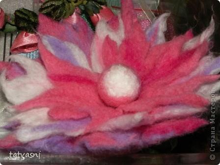 На конкурс представлена работа - цветочная композиция из цветной шерсти. Посвящается работа дню прялки. Прялка уже стала для нас традицией, предметом из прошлого. А шерсть дает нам новые возможности для творчества.  фото 6