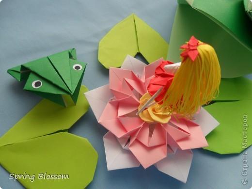 """Доброго времени суток, дорогие мастера и мастерицы! Сегодня я представляю вам свою конкурсную работу, посвященную дню оригами. У меня оригами ассоциируется со сказкой, волшебством превращения обычного листка бумаги в интересную фигурку, оживающую прямо на глазах, поэтому я сделала в технике оригами иллюстрацию к всеми любимой и известной с детства сказке Ганса Христиана Андерсена """"Дюймовочка"""". Началось всё с цветка, который я сделала по МК Elena.ost ( https://stranamasterov.ru/node/135942 ), диаметр цветка - 11см. фото 5"""