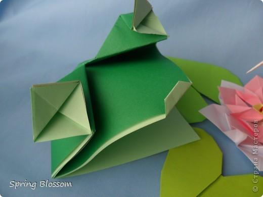 """Доброго времени суток, дорогие мастера и мастерицы! Сегодня я представляю вам свою конкурсную работу, посвященную дню оригами. У меня оригами ассоциируется со сказкой, волшебством превращения обычного листка бумаги в интересную фигурку, оживающую прямо на глазах, поэтому я сделала в технике оригами иллюстрацию к всеми любимой и известной с детства сказке Ганса Христиана Андерсена """"Дюймовочка"""". Началось всё с цветка, который я сделала по МК Elena.ost ( https://stranamasterov.ru/node/135942 ), диаметр цветка - 11см. фото 2"""