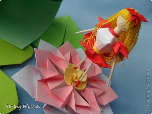 """Доброго времени суток, дорогие мастера и мастерицы! Сегодня я представляю вам свою конкурсную работу, посвященную дню оригами. У меня оригами ассоциируется со сказкой, волшебством превращения обычного листка бумаги в интересную фигурку, оживающую прямо на глазах, поэтому я сделала в технике оригами иллюстрацию к всеми любимой и известной с детства сказке Ганса Христиана Андерсена """"Дюймовочка"""". Началось всё с цветка, который я сделала по МК Elena.ost ( https://stranamasterov.ru/node/135942 ), диаметр цветка - 11см. фото 3"""