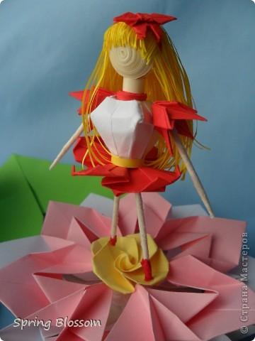 """Доброго времени суток, дорогие мастера и мастерицы! Сегодня я представляю вам свою конкурсную работу, посвященную дню оригами. У меня оригами ассоциируется со сказкой, волшебством превращения обычного листка бумаги в интересную фигурку, оживающую прямо на глазах, поэтому я сделала в технике оригами иллюстрацию к всеми любимой и известной с детства сказке Ганса Христиана Андерсена """"Дюймовочка"""". Началось всё с цветка, который я сделала по МК Elena.ost ( https://stranamasterov.ru/node/135942 ), диаметр цветка - 11см. фото 8"""