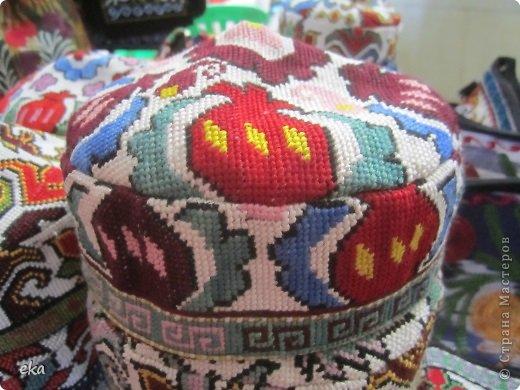 Сделала две женские и две мужские тюбетейки. Из разных регионов Узбекистана: высокая мужская из города Чуст, невысокая мужская - Маргиланская, вся расшитая спелыми гранатами - из Шахрисабза - гилам дуппи и самая популярная среди девушек - Андижанская - вся расшитая розами. фото 15