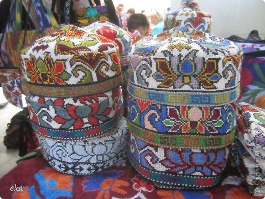 Сделала две женские и две мужские тюбетейки. Из разных регионов Узбекистана: высокая мужская из города Чуст, невысокая мужская - Маргиланская, вся расшитая спелыми гранатами - из Шахрисабза - гилам дуппи и самая популярная среди девушек - Андижанская - вся расшитая розами. фото 14