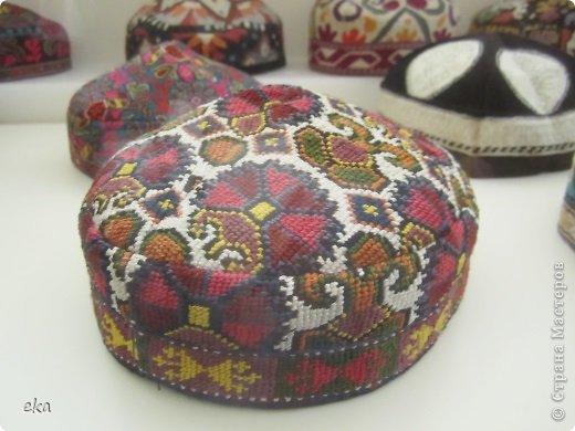 Сделала две женские и две мужские тюбетейки. Из разных регионов Узбекистана: высокая мужская из города Чуст, невысокая мужская - Маргиланская, вся расшитая спелыми гранатами - из Шахрисабза - гилам дуппи и самая популярная среди девушек - Андижанская - вся расшитая розами. фото 16
