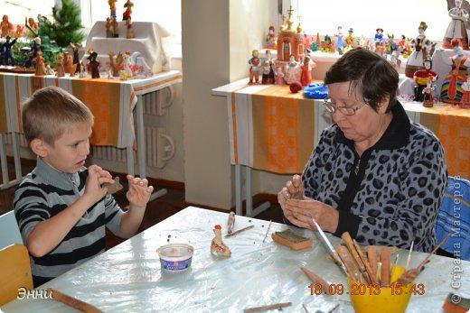 Даниил очень увлекается лепкой из пластилина, поэтому  творческую работу он сразу связал со своим увлечением.  А  темой работы выбран народный промысел- Старооскольская глиняная игрушка, с которой  Даниил познакомился в Музее-мастерской звуковой глиняной игрушка (подробнее о знакомстве расскажем ниже).  Старооскольская глиняная игрушка --это  один из древнейших народных промыслов Белгородской области, занесенный  в каталог «Народные промыслы России». фото 6