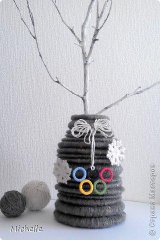 Ваза из шерстяных колец, сложенных пирамидкой. Неизменная Олимпийская эмблема - олимпийские кольца. Они символизируют единство пяти частей света и всемирный характер Олимпийских Игр. Кольца, а также снежинки - Олимпиада ведь зимняя, и стали украшением моей вазы. За основу самой вазы я тоже решила взять кольцо. фото 7