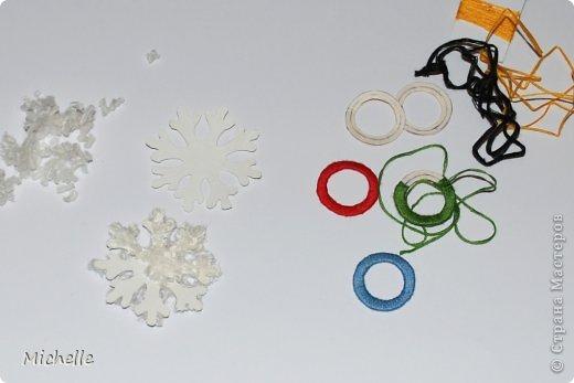 Ваза из шерстяных колец, сложенных пирамидкой. Неизменная Олимпийская эмблема - олимпийские кольца. Они символизируют единство пяти частей света и всемирный характер Олимпийских Игр. Кольца, а также снежинки - Олимпиада ведь зимняя, и стали украшением моей вазы. За основу самой вазы я тоже решила взять кольцо. фото 4
