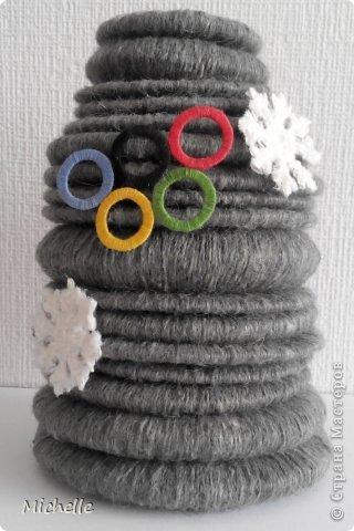 Ваза из шерстяных колец, сложенных пирамидкой. Неизменная Олимпийская эмблема - олимпийские кольца. Они символизируют единство пяти частей света и всемирный характер Олимпийских Игр. Кольца, а также снежинки - Олимпиада ведь зимняя, и стали украшением моей вазы. За основу самой вазы я тоже решила взять кольцо. фото 2