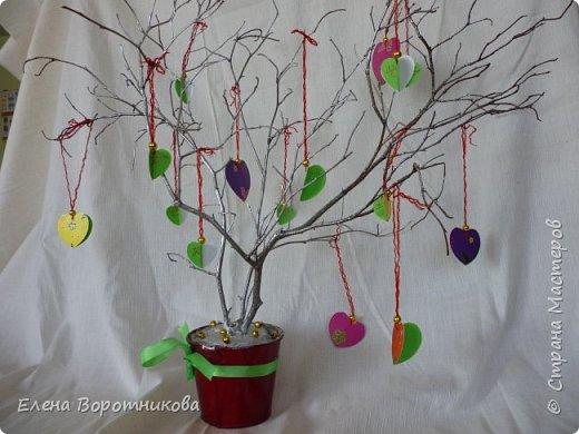 Арина для класса сделала дома дерево пожеланий. Ведь в день Святого Валентина хочется желать самого хорошего. фото 1