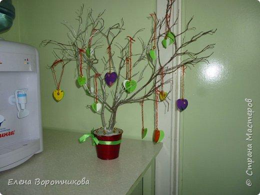 Арина для класса сделала дома дерево пожеланий. Ведь в день Святого Валентина хочется желать самого хорошего. фото 7
