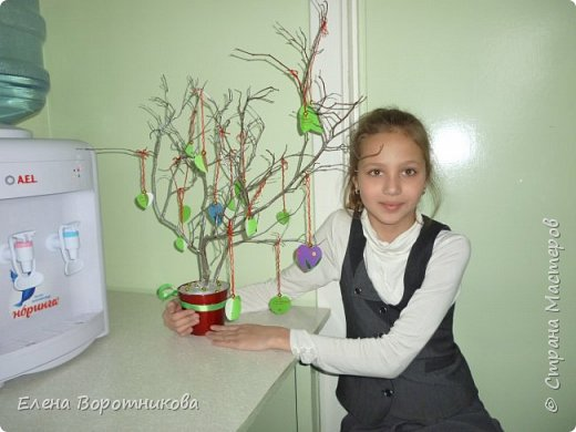 Арина для класса сделала дома дерево пожеланий. Ведь в день Святого Валентина хочется желать самого хорошего. фото 8