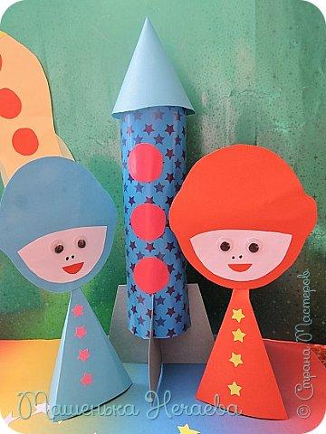 Гулять сегодня некогда, Мы заняты другим:  Бумажные ракеты Мы дружно мастерим.  Мы ярко их раскрасили, Пускай теперь летят! В отважных космонавтов Играет детский сад.  Мы летчиками смелыми  Быстрее стать хотим, В ракетах настоящих  Мы в космос полетим.   Над нами звёзды светлые Зажгутся в вышине, Мы красный флаг поднимем На Марсе и Луне. (Я.Серпина) фото 4
