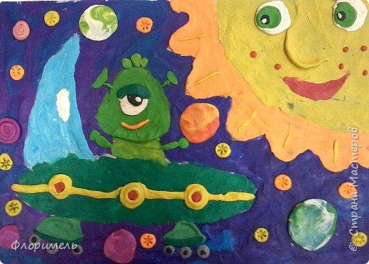 Инопланетянин в своей тарелке бороздит космические просторы. Вот и до Солнечной системы добрался. :-) фото 1