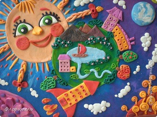 """Далекое будущее. Экипаж отважных космолётчиков возвращается домой после долгого странствия. Путь космического корабля пролегает мимо заселенных планет Солнечной системы. Солнышко ласково улыбается героям, а Земля уже """"в иллюминаторе видна"""" вместе со своим извечным спутником, Луной. Долгая дорога домой завершена! фото 12"""