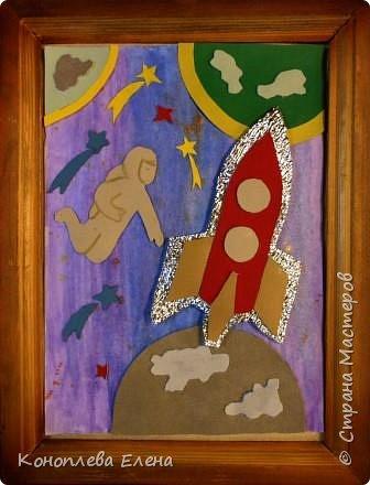 """Здравствуйте, уважаемые мастера и мастерицы! Даша очень хотела принять участие в конкурсе,  она сама дома придумала идею изготовления панно """"Полет на Луну"""". В космосе так здорово! Звёзды и планеты В чёрной невесомости Медленно плывут!  В космосе так здорово! Острые ракеты На огромной скорости Мчатся там и тут! Оксана Ахметова Люди мечтали о полетах в космос еще задолго  до изобретения первых ракет. В 1865 г. французский писатель-фантаст Жюль Верн написал роман о путешествии на Луну: его герои отправились туда на аппарате, похожем на поезд! Космический полет возможен только на ракетах, бензиновые и реактивные двигатели в космосе работать не могут. Использовать ракеты для полета в космос первым предложил в 1903 году русский учитель физики из Калуги Константин Циолковский.  На его открытие в то время почти никто не обратил внимания, но в 1926 году американский ученый Роберт Годдард сконструировал первый жидкостный ракетный двигатель.  Космическая эра началась 4 октября 1957 г., когда впервые  в мире нашу Землю облетел советский искусственный спутник.  а вскоре космический полет совершил советский космонавт Юрий Гагарин., он был первым человеком, побывавшим за пределами атмосферы Земли. А первым в истории человеком ступившим на лунную поверхность стал астронавт Нил Армстронг. фото 1"""