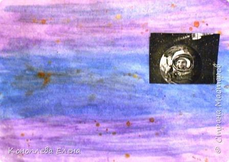 """Здравствуйте, уважаемые мастера и мастерицы! Даша очень хотела принять участие в конкурсе,  она сама дома придумала идею изготовления панно """"Полет на Луну"""". В космосе так здорово! Звёзды и планеты В чёрной невесомости Медленно плывут!  В космосе так здорово! Острые ракеты На огромной скорости Мчатся там и тут! Оксана Ахметова Люди мечтали о полетах в космос еще задолго  до изобретения первых ракет. В 1865 г. французский писатель-фантаст Жюль Верн написал роман о путешествии на Луну: его герои отправились туда на аппарате, похожем на поезд! Космический полет возможен только на ракетах, бензиновые и реактивные двигатели в космосе работать не могут. Использовать ракеты для полета в космос первым предложил в 1903 году русский учитель физики из Калуги Константин Циолковский.  На его открытие в то время почти никто не обратил внимания, но в 1926 году американский ученый Роберт Годдард сконструировал первый жидкостный ракетный двигатель.  Космическая эра началась 4 октября 1957 г., когда впервые  в мире нашу Землю облетел советский искусственный спутник.  а вскоре космический полет совершил советский космонавт Юрий Гагарин., он был первым человеком, побывавшим за пределами атмосферы Земли. А первым в истории человеком ступившим на лунную поверхность стал астронавт Нил Армстронг. фото 2"""