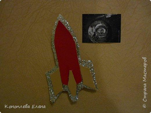 """Здравствуйте, уважаемые мастера и мастерицы! Даша очень хотела принять участие в конкурсе,  она сама дома придумала идею изготовления панно """"Полет на Луну"""". В космосе так здорово! Звёзды и планеты В чёрной невесомости Медленно плывут!  В космосе так здорово! Острые ракеты На огромной скорости Мчатся там и тут! Оксана Ахметова Люди мечтали о полетах в космос еще задолго  до изобретения первых ракет. В 1865 г. французский писатель-фантаст Жюль Верн написал роман о путешествии на Луну: его герои отправились туда на аппарате, похожем на поезд! Космический полет возможен только на ракетах, бензиновые и реактивные двигатели в космосе работать не могут. Использовать ракеты для полета в космос первым предложил в 1903 году русский учитель физики из Калуги Константин Циолковский.  На его открытие в то время почти никто не обратил внимания, но в 1926 году американский ученый Роберт Годдард сконструировал первый жидкостный ракетный двигатель.  Космическая эра началась 4 октября 1957 г., когда впервые  в мире нашу Землю облетел советский искусственный спутник.  а вскоре космический полет совершил советский космонавт Юрий Гагарин., он был первым человеком, побывавшим за пределами атмосферы Земли. А первым в истории человеком ступившим на лунную поверхность стал астронавт Нил Армстронг. фото 4"""