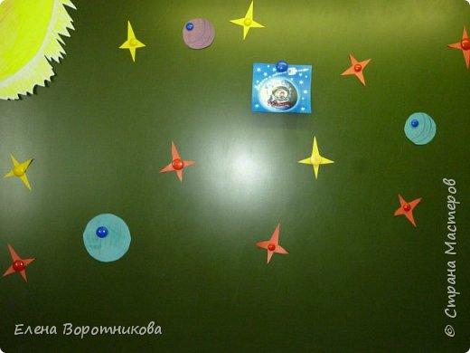 В космосе так здорово! Звёзды и планеты В чёрной невесомости Медленно плывут!  В космосе так здорово! Острые ракеты На огромной скорости Мчатся там и тут!  О. Ахметова Решили, что каждый сделает свою ракету. фото 6