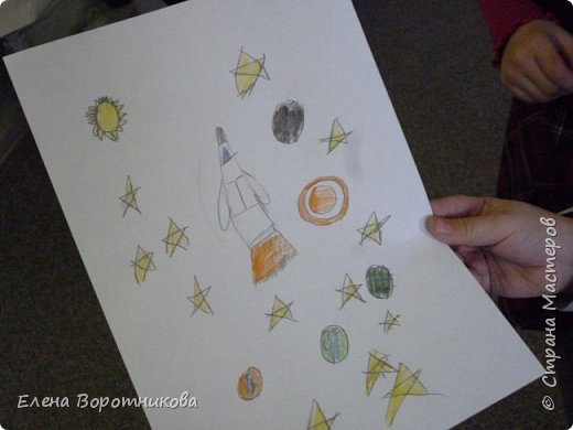 В космосе так здорово! Звёзды и планеты В чёрной невесомости Медленно плывут!  В космосе так здорово! Острые ракеты На огромной скорости Мчатся там и тут!  О. Ахметова Решили, что каждый сделает свою ракету. фото 15