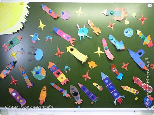 В космосе так здорово! Звёзды и планеты В чёрной невесомости Медленно плывут!  В космосе так здорово! Острые ракеты На огромной скорости Мчатся там и тут!  О. Ахметова Решили, что каждый сделает свою ракету. фото 2