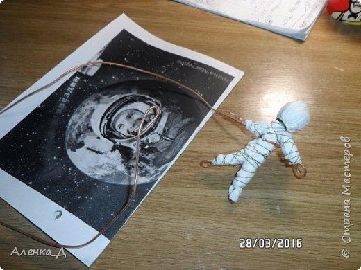 """Здравствуйте! Спасибо Вам за замечательный конкурс! Воспользовавшись моментом, я решила рассказать сыну о космосе. Мы с ним вместе просмотрели какие бывают летательные аппараты, ракеты, прочитали о первых попытках покорить космос (даже младшенькая с интересом рассматривала картинки). Многое узнали о планетах. Теперь мой Олежка знает кто такой Юрий Гагарин (раньше, к моему стыду, он знал, что это просто какой-то космонавт). Я даже не ожидала, что мой непоседа так сильно заинтересуется темой космоса! Особенно он был поражен, когда узнал об орбитальной станции """"Мир"""". Его очень удивило, что она находилась в космосе целых 15 лет, позволяла пристыковывать космические корабли для работы и отдыха экипажа, а также создавала условия для выхода космонавтов в открытое космическое пространство. Именно выход космонавта в открытый космос из станции """"Мир"""" решил изобразить Олежка в поделке. Я, естественно, его поддержала. Вот что у нас получилось. Назвали композицию  """"МИР на орбите"""" фото 8"""
