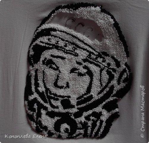 """Добрый день, все жители Страны мастеров! Очень рада участию в таком интересном конкурсе. Представляю свою работу портрет первого космонавта Ю.А. Гагарина. Портрет  в технике """"ковровая вышивка"""" делала первый раз. И вот что у меня получилось. фото 6"""