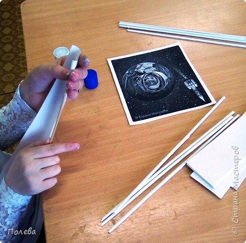 """Свою ракету Даша решила сплести из бумажных трубочек. На занятиях кружка """"Сувенир"""" ребята с удовольствием осваивают косое плетение из бумажных трубочек. Эта техника замечательно подходит для изготовления цилиндрического корпуса ракеты. фото 3"""