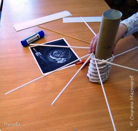 """Свою ракету Даша решила сплести из бумажных трубочек. На занятиях кружка """"Сувенир"""" ребята с удовольствием осваивают косое плетение из бумажных трубочек. Эта техника замечательно подходит для изготовления цилиндрического корпуса ракеты. фото 4"""