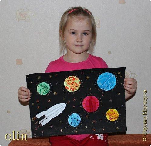 Всем здравствуйте!  Это работа моей дочери Ани, ей 5 лет. Работу сделала она, а описывать буду я. А началось все с вопроса: хотелось бы ей принять участие в конкурсе и что она знает о космосе? Аня ответила согласием, а про космос сказала, что там есть звезды и планеты, мы их видим маленькими, но они большие, просто они очень далеко от нас и в космос можно попасть только на ракете. Тогда я спросила, как она думает, какого цвета звезды и планеты? Аня задумалась, наверно белые или желтые... На помощь пришел старший брат и рассказал сестренке, что планеты и звезды имеют разный блеск и цвет: белый, желтый, красный. Чем краснее звезда, тем она холоднее. И решили мы с Аней, что в своей работе она сделает разноцветные небесные объекты: звезды и планеты. И отправит их изучать экспедицию на ракете.  фото 13