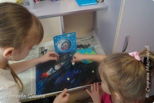 """12 апреля – День космонавтики! В 2016 году исполняется 55 лет со дня первого полета человека в космос! Моя ученица и ее сестренка решили принять участие в конкурсе """"Дорога к звездам"""".  Их работа называется """"В космосе так здорово!"""" фото 5"""