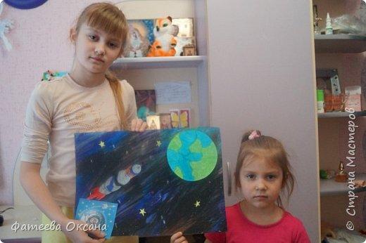 """12 апреля – День космонавтики! В 2016 году исполняется 55 лет со дня первого полета человека в космос! Моя ученица и ее сестренка решили принять участие в конкурсе """"Дорога к звездам"""".  Их работа называется """"В космосе так здорово!"""" фото 6"""