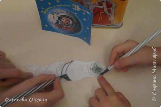 """12 апреля – День космонавтики! В 2016 году исполняется 55 лет со дня первого полета человека в космос! Моя ученица и ее сестренка решили принять участие в конкурсе """"Дорога к звездам"""".  Их работа называется """"В космосе так здорово!"""" фото 4"""